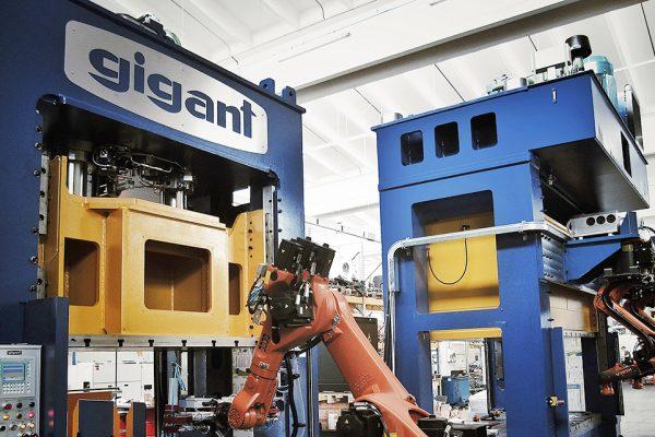 Gigant hydraulische persen met robots
